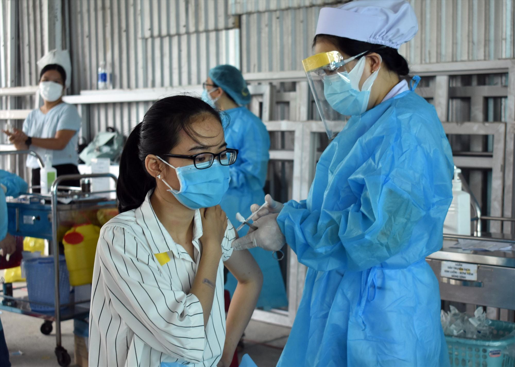 Tỷ lệ người lao động trong các khu, cụm công nghiệp trong tỉnh được tiêm vắc xin ngừa Covid-19 vẫn còn thấp. Ảnh: V.LỘC