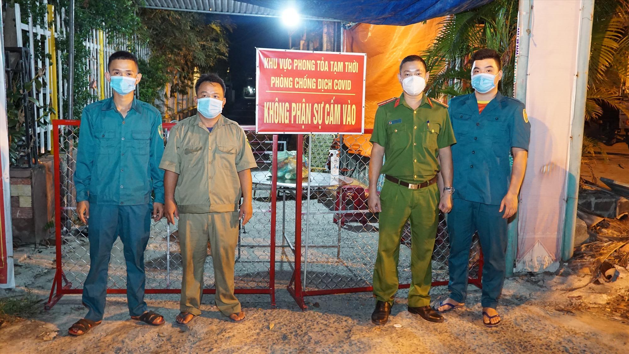 Lực lượng chức năng triển khai chốt phong tỏa ở khối phố 2A, phường Điện Nam Bắc tại khu vực nhà bệnh nhân M.