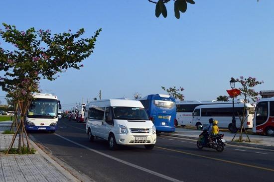 Đường Hùng Vương gần đó cũng có rất đông xe đậu chờ khách. Ảnh: K.L