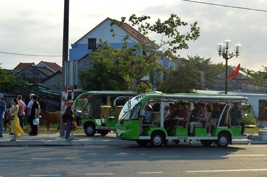 Phần lớn khách tham quan làng gốm Thanh Hà là người Hàn Quốc. Ảnh: K.L
