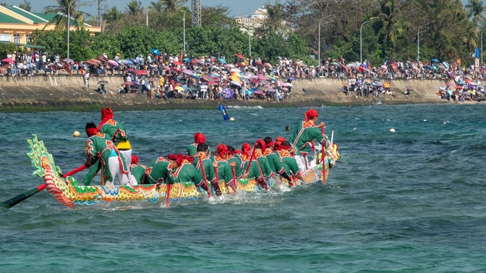Sự hấp dẫn và bất ngờ luôn chờ đợi phía trước do thuyền đua bị ảnh hưởng bởi vùng nước nông - sâu, san hô, sóng, gió... Ảnh: XUÂN THỌ