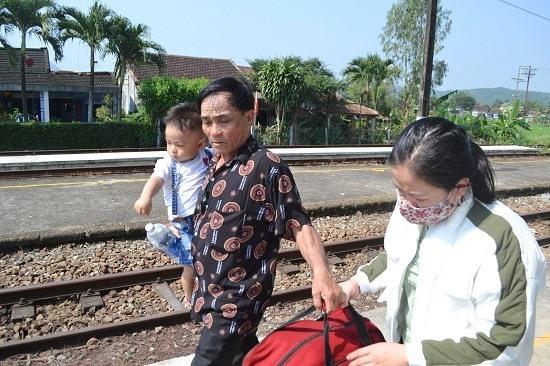 Ông bồng cháu vào sân ga, đưa tiễn lên tàu vào Nam. Ảnh: C.T