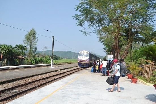 Khoảng 10 giờ 43 phút, tàu SE21 bắt đầu vào ga Trà Kiệu đón khách lên tàu. Ảnh: C.T
