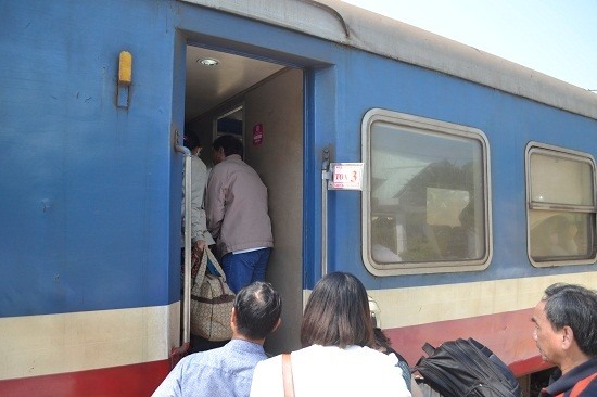 Hành khách hối hả lên tàu. Ảnh: C.T