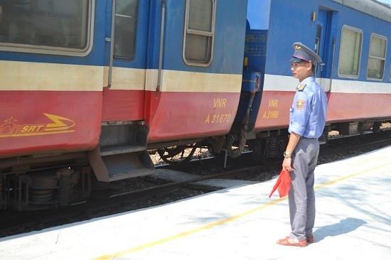 Nhân viên ga Trà Kiệu ra hiệu, tàu bắt đầu rời sân ga hướng vào ga Tam Kỳ. Ảnh: C.T