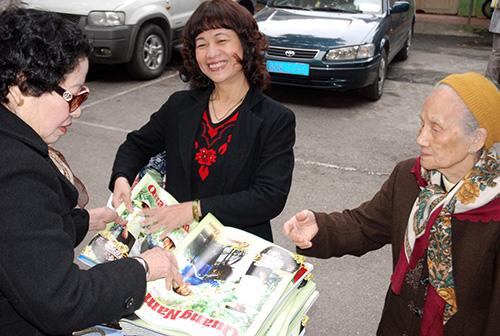 Niềm vui ngày gặp mặt và nhận tờ báo xuân Quảng Nam.