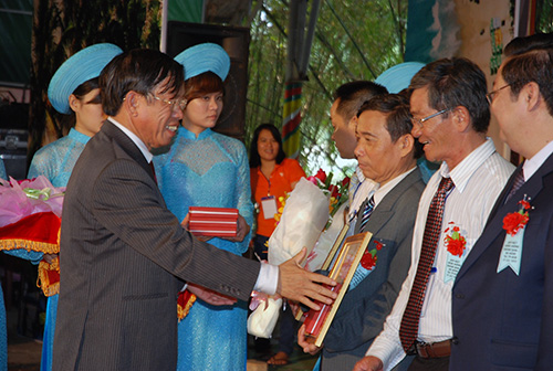 Chủ tịch UBND Lê Phước Thanh trao bằng khen cho những cá nhân có nhiều đóng góp cho hoạt động đồng hương của Quảng Nam tại TP.HCM.