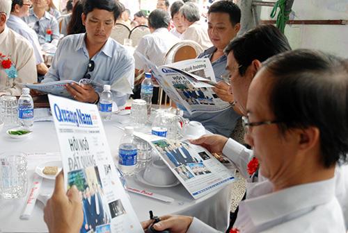 Đọc những thông tin về đồng hương trên báo Quảng Nam được phát hành tại TP. HCM.