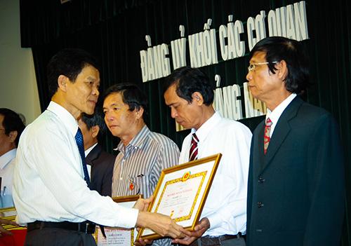 Phó Bí thư Thường trực Tỉnh ủy Nguyễn Văn Sỹ trao Huy hiệu 30 năm tuổi Đảng cho đảng viên Khối Các cơ quan tỉnh.Ảnh: THÀNH CÔNG