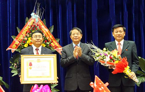 Thừa ủy nhiệm của Chủ tịch nước, Bí thư Tỉnh ủy Nguyễn Đức Hải trao Huân chương Lao động hạng Nhì cho Đảng bộ Khối Các cơ quan tỉnh.