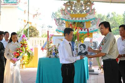 PGS - TS. Ngô Văn Minh trao tặng ảnh Ông Ích Đường cho hậu duệ.
