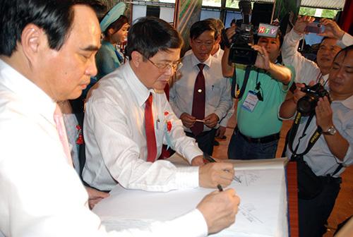 Lãnh đạo tỉnh Quảng Nam và TP.Đà Nẵng ký lưu niệm vào cuốn sách trước khi đem ra đấu giá tại lễ hội.