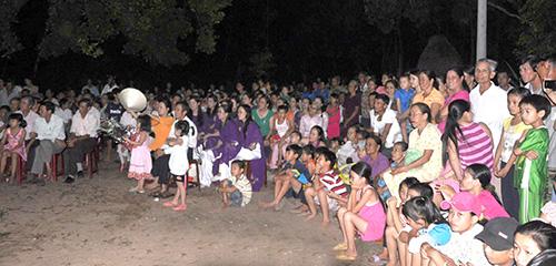 Đông đảo nhân dân phường An Phú đến xem, cổ vũ hội thi kể chuyện về Bác Hồ.Ảnh: HỮU PHÚC