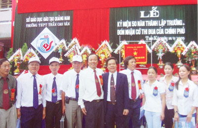 Mr La Trong Thanh at the ceremony of 50 years anniversary of founding Tran Cao Van High school.
