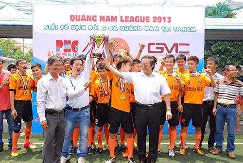 Đội Tiên Phước nhận chức vô địch giải hạng Nhất QNA-League 2013.