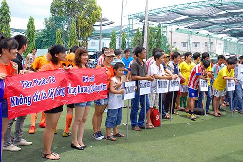 """Rất đông cổ động viên đã tham gia cổ động hết mình với tinh thần """"kết nối đồng hương Quảng"""""""
