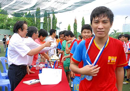 Đại diện Hội đồng hương Quảng Nam – Đà Nẵng  tặng quà lưu niệm cho ban tổ chức.