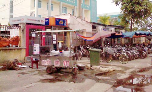 Vỉa hè trở thành nơi buôn bán trước cổng vào khoa cấp cứu Bệnh viện Đa khoa Quảng Nam.Ảnh: T.T