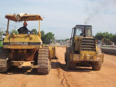 Công nhân đang thi công mở rộng QL1, đoạn Phú Ninh - Núi Thành.