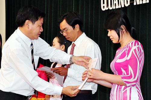 Lãnh đạo Đảng ủy Khối các cơ quan tỉnh trao thẻ đảng cho các đảng viên trẻ. Ảnh: D.HOÀNG