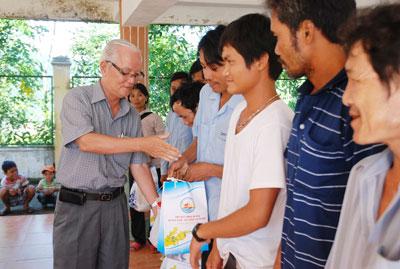 Tặng quà cho người nghèo và trao học bổng cho học sinh hiếu học tại quê nhà.Ảnh: M.KIỆT