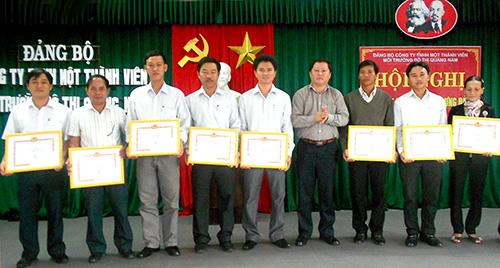 Đảng ủy Công ty TNHH một thành viên Môi trường đô thị Quảng Nam khen thưởng các tập thể, cá nhân làm tốt công tác xây dựng Đảng năm 2012.