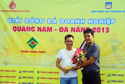 Ban tổ chức giải tặng hoa các nhà tài trợ ngày khai mạc Giải Bóng đá Doanh nghiệp Quảng Nam – Đà Nẵng tại TP.Hồ Chí Minh.