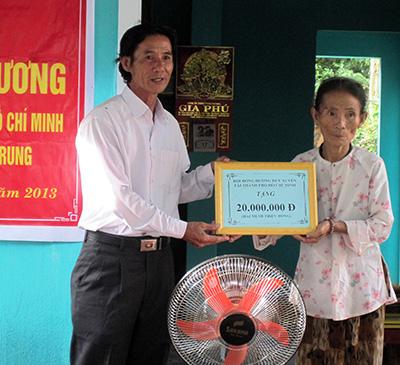 Bàn giao nhà tình thương cho bà Trần Thị Mai.