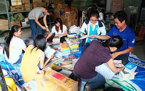 Các thành viên tình nguyện xếp sách thu nhận từ các điểm quyên góp trên toàn quốc đóng thùng chuyển về Quảng Nam.
