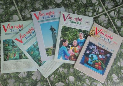 Một số cuốn tạp chí  Văn nghệ Tam Kỳ đã đến với bạn đọc.                             Ảnh: N.DŨNG