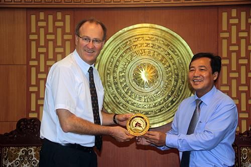 Phó Chủ tịch UBND tỉnh Huỳnh Khánh Toàn tặng quà lưu niệm cho các thành viên phái đoàn tổ chức Hợp tác tài chính Việt Nam - Đức. Ảnh: Phương Giang