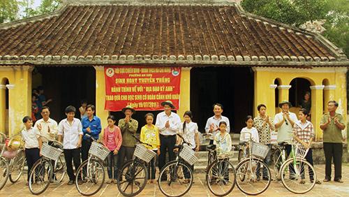 Cựu chiến binh và Đoàn phường An Sơn (Tam Kỳ) tặng xe đạp cho học sinh có hoàn cảnh khó khăn. (Ảnh do Hội CCB TP.Tam Kỳ cung cấp)