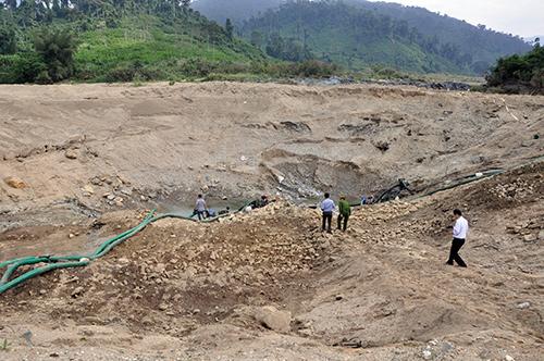 Kiểm tra, truy quét các đối tượng khai thác khoáng sản trái phép ở miền núi.Ảnh: H.GIANG