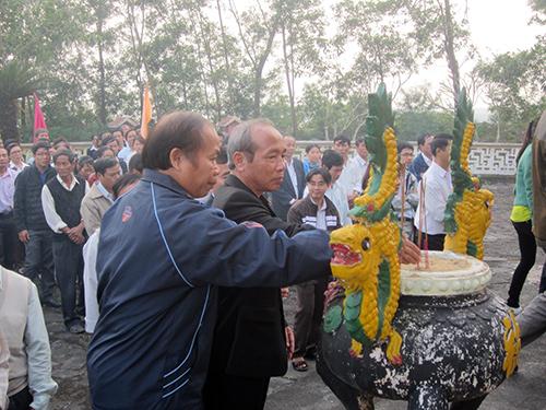 Viếng hương tại đền Báo Ân.
