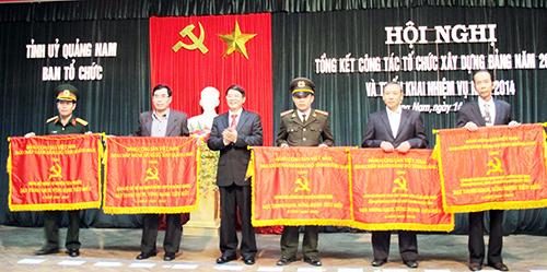 Bí thư Tỉnh ủy Nguyễn Đức Hải trao cờ cho 5 đảng bộ cơ sở đạt trong sạch, vững mạnh tiêu biểu 5 năm (2009 - 2013). Ảnh: XUÂN NGHĨA