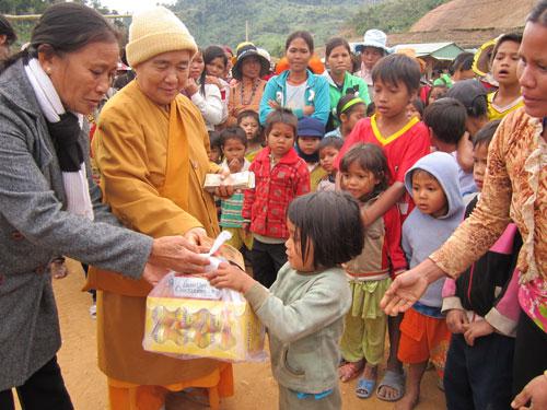 Ni trưởng Thích Nữ Ánh Liên giàu lòng thiện nguyện đối với người nghèo khó.                                                                                                                                                                         Ảnh: HÀN Giang