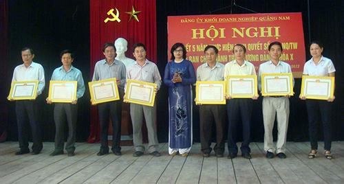 Bí thư Đảng ủy Khối Lê Thị Nga trao giấy khen cho các tổ chức cơ sở đảng đạt thành tích tốt trong việc thực hiện Nghị quyết 22-NQ/TW.