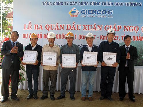 Chủ tịch UBND tỉnh Lê Phước Thanh và Phó Chủ tịch UBND tỉnh Đinh Văn Thu tặng quà động viên công nhân nhân lễ ra quân đầu xuân.