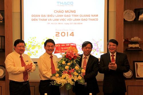 Các đồng chí lãnh đạo tỉnh tặng hoa cho lãnh đạo Thaco Trường Hải tại TP.Hồ Chí Minh. Ảnh: MINH KIỆT