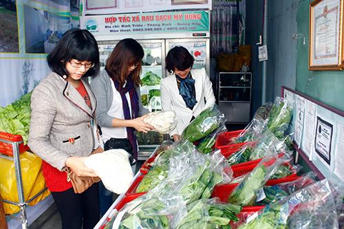 Cửa hàng rau sạch của HTX Mỹ Hưng tại TP.Tam Kỳ thu hút được người tiêu dùng. Ảnh: N.D