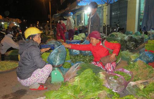 Chợ rau đêm An Sơn. Ảnh: T.X