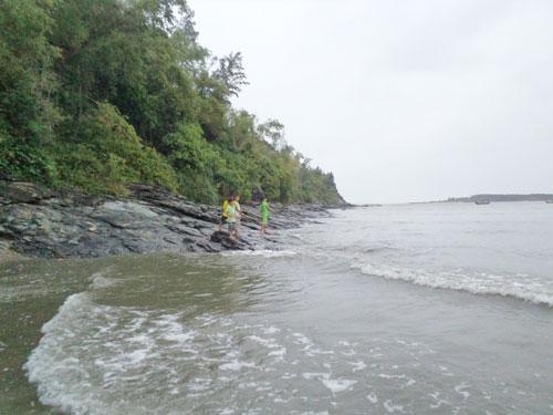Nước biển ở thôn Thuận An đã ăn sâu vào bờ gần 200m khi rừng dương và dừa bị phá để nuôi tôm. Ảnh: N.T.G
