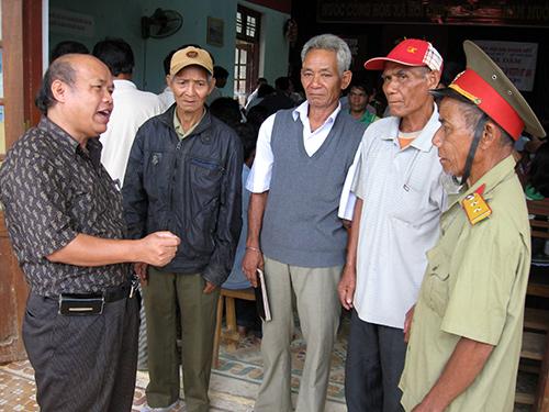 Ông Nguyễn Thế Tài - Bí thư Huyện ủy Bắc Trà My trao đổi với các đảng viên lão thành tại xã Trà Đốc về nâng cao chất lượng sinh hoạt đảng ở cơ sở. Ảnh: V.BÌNH