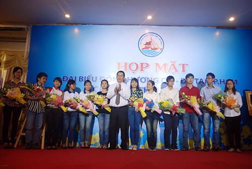 Lãnh đạo tỉnh trao hoa và bằng khen cho các cá nhân có đóng góp lớn trong phong trào đồng hương Quảng Nam – Đà Nẵng những năm qua.
