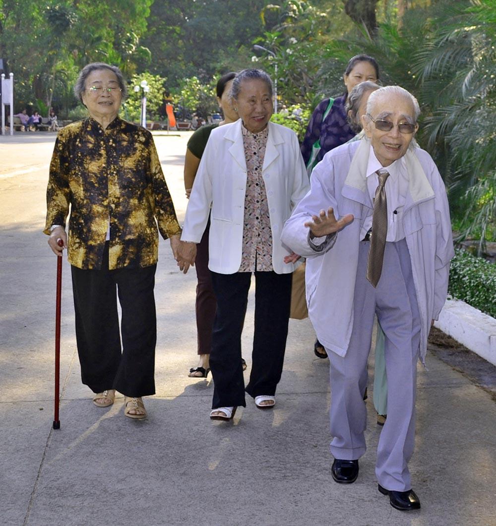 Gia đình nhạc sĩ Phan Huỳnh Điểu đến buổi họp mặt từ rất sớm. Ảnh: VĂN NỞ
