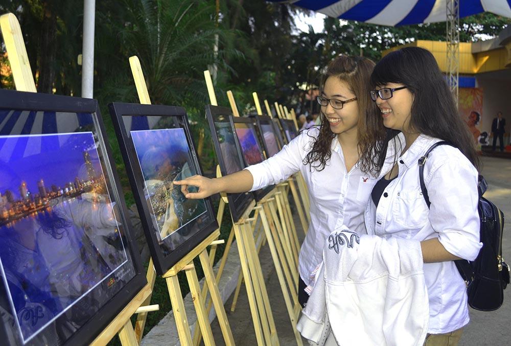 Những sinh viên quê Quảng Nam - Đà Nẵng đang học tập tại TP.Hồ Chí Minh thích thú xem những hình ảnh về quê hương mình. Ảnh: VĂN NỞ