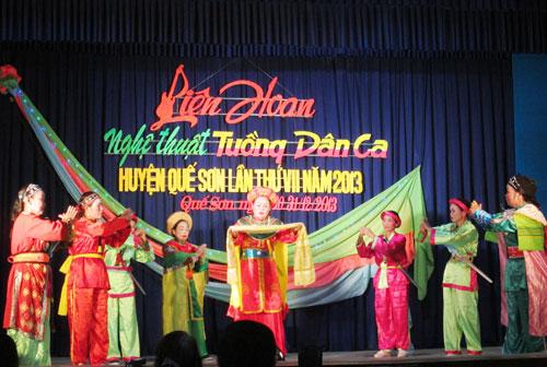 Nghệ thuật tuồng, dân ca ở Quế Sơn phát triển mạnh nhờ các câu lạc bộ ở cơ sở. TRONG ẢNH: Liên hoan nghệ thuật tuồng, dân ca huyện Quế Sơn lần thứ VII năm 2013.