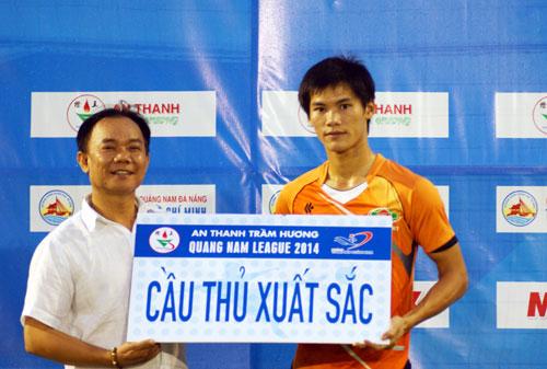 Ông Ngô Mỹ - GĐ Công ty An Thanh Trầm Hương (đơn vị tài trợ chính) trao Giải cầu thủ xuất sắc nhất vòng 1 Quang Nam League.