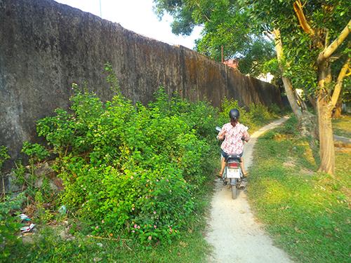Bờ tường thành có thể ngã đổ bất cứ lúc nào trên đoạn đường mà người dân vẫn thường xuyên qua lại.