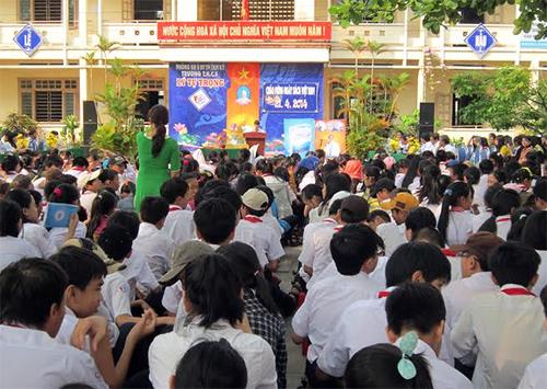 Quang cảnh Ngày Sách Việt Nam ở Trường THCS Lý Tự Trọng (Tam Kỳ).